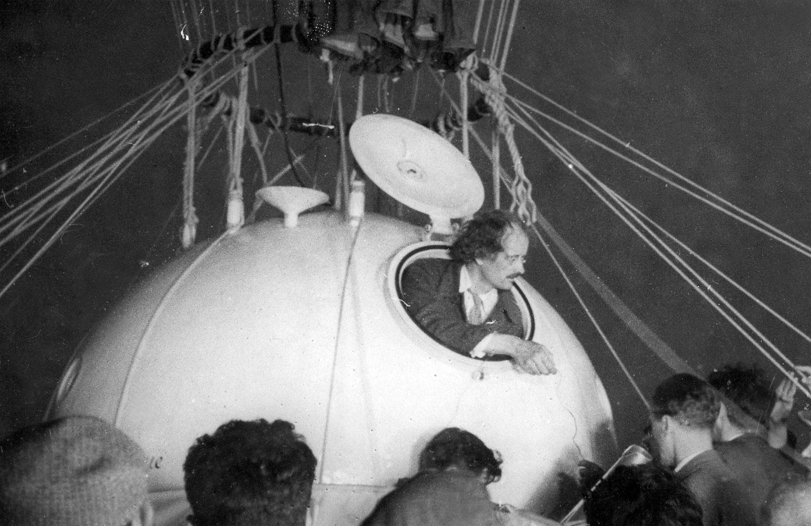Огюст Пікар сідає у гондолу стратостата FNRS-1, травень 1931 року
