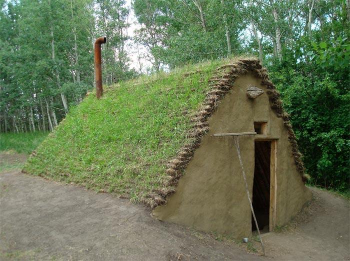 Реконструкція напівземлянки, в якій проживали українські емігранти в кінці 1890-х років (екомузей Калина-Кантрі поблизу Едмонтона, Альберта)