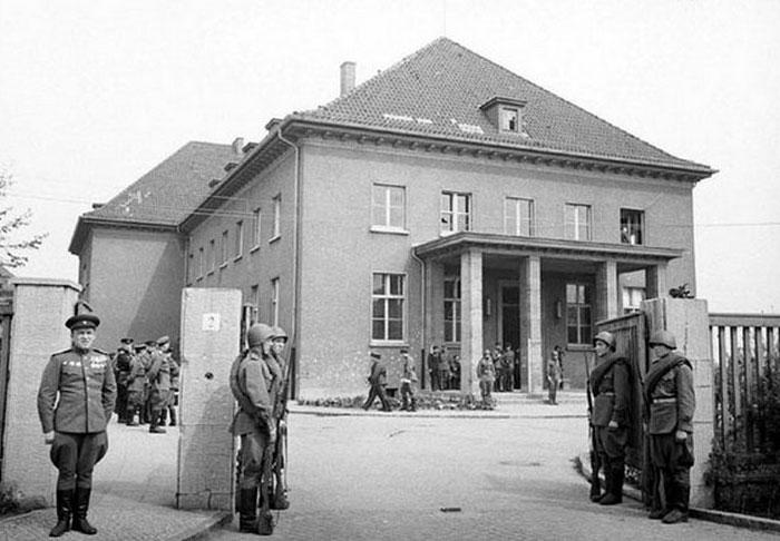 Будівля колишньої їдальні військово-інженерного училища в Карлхорсті, де відбулось підписання «Акту про беззастережну капітуляцію Німеччини», 8 травня 1945 року. Сьогодні в ньому німецько-російський музей «Берлін-Карлхорст»