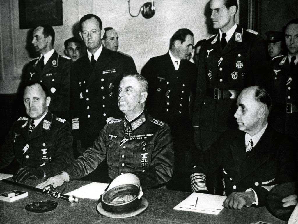 Німецька делегація в Карлхорсті (за столом зліва направо): генерал-полковник Ганс-Юрген Штумпф, генерал-фельдмаршал Вільгельм Кейтель і генерал-адмірал Ганс-Георг фон Фрідебург під час підписання капітуляції, 8 травня 1945 року © UIG/Getty Images