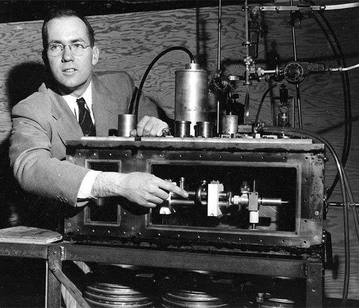 Чарльз Таунс пояснює принцип роботи мазера під час прес-конференції у Нью-Йорку, 25 січня 1955 року © AP