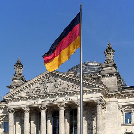 Прапор ФРН на площі Республіки в Берліні
