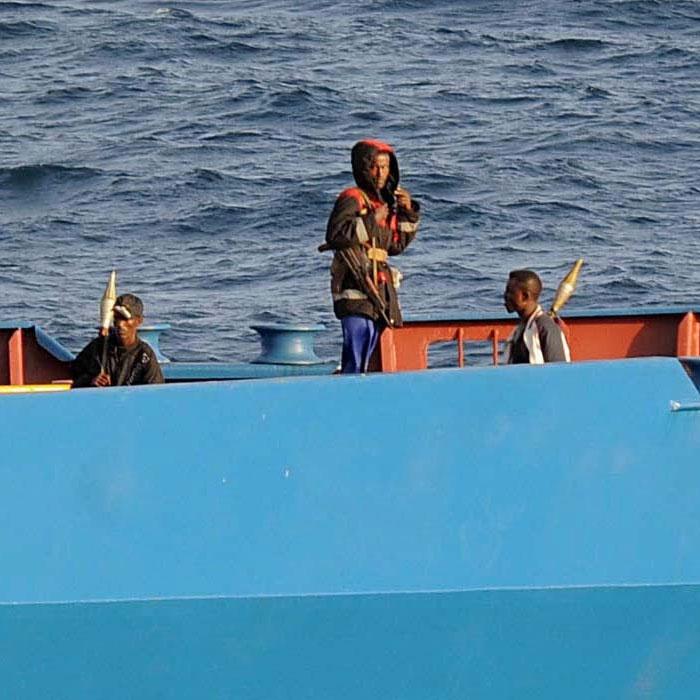 Після сходження на берег екіпаж «Фаїни» вшановує хвилиною мовчання капітана корабля