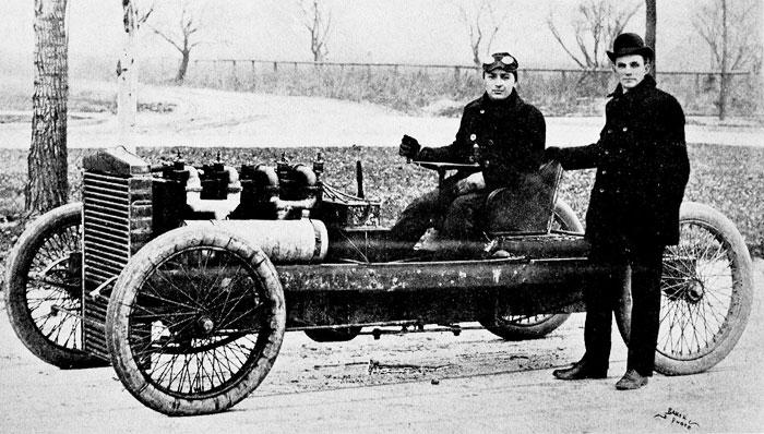 Генрі Форд (стоїть) і піонер автоперегонів Барні Олдфілд на автомобілі «999», Детройт, 1902 рік