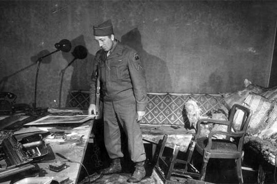 Американський солдат в кабінеті Гітлера, де було здійснене самогубство