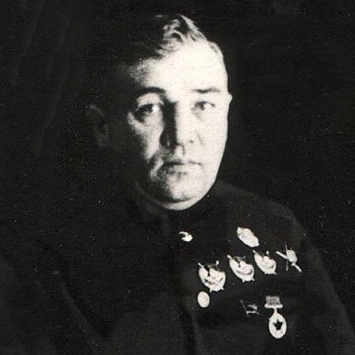Михайло Фріновський (1898-1940), у 1936-38 роках — заступник, перший заступник наркома внутрішніх справ СРСР, керівник Головного управління держбезпеки НКВС СРСР. 6 квітня 1939 року заарештований і 4 лютого 1940 року розстріляний за звинуваченням в «організації троцькістсько-фашистського змови в НКВС». 12 квітня 1939 року заарештований і 22 січня 1940 року розстріляний його син — 17-річний учень 10-го класу, звинувачений в участі в контрреволюційній молодіжній групі, 12 квітня 1939 року арештована і 3 лютого 1940 року розстріляна його дружина, звинувачена у приховуванні злочинної контрреволюційної діяльності ворогів народу
