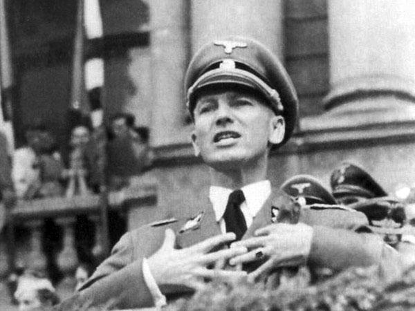 Губернатор Галичини (1942—44) бригадефюрер СС Отто Вехтер виступає під час урочистостей з нагоди набору рекрутів до дивізії СС «Галичина», 18 липня 1943 року