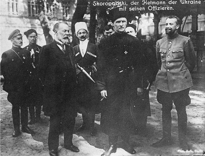У першому ряду (зліва направо) - голова Ради міністрів Української держави (з 24 жовтня) Федір Лизогуб і гетьман Павло Скоропадський. Посередині позаду - перший глава уряду Української Держави (до 30 квітня) Микола Сахно-Устимович. Київ, жовтень 1918 року