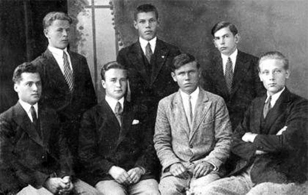 Лев Ребет — другий зліва у першому ряду, Степан Бандера — крайній справа у другому ряду; крайній зліва стоїть Володимир Тимчій (крайовий провідник ОУН з червня 1939-го і до загибелі в лютому 1940 року). Після 1932 року