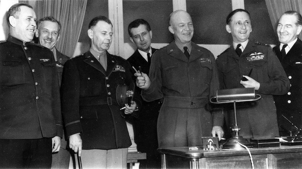 Представники союзного командування після підписання Акту про капітуляцію (зліва направо): радянський генерал-майор Іван Суслопаров, британський генерал-лейтенант Волтер Сміт, американський генерал армії Дуайт Ейзенхауер (з ручкою, якою було підписано документ), британський маршал авіації Артур Теддерт і начальник штабу британського флоту адмірал Гарольд Бьюрро. Реймс, 7 травня 1945 року