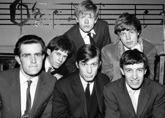 «Rolling Stones» в 1963 році (зліва направо) - Єн Стюарт, Кіт Річардз, Брайан Джонс, Чарлі Воттс, Мік Джеггер, Білл Ваймен