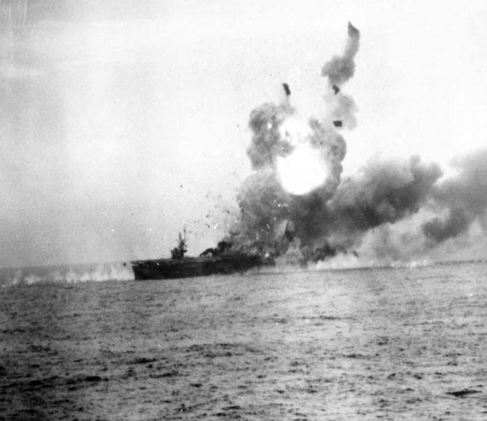 Палаючий американський авіаносець «Сент-Ло» після атаки камікадзе, 25 жовтня 1944 року