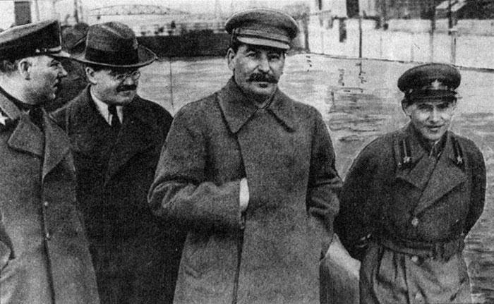 Климент Ворошилов, Вячеслав Молотов, Йосиф Сталін та Микола Єжов (зліва направо) на каналі Волга-Дон, 1937 рік