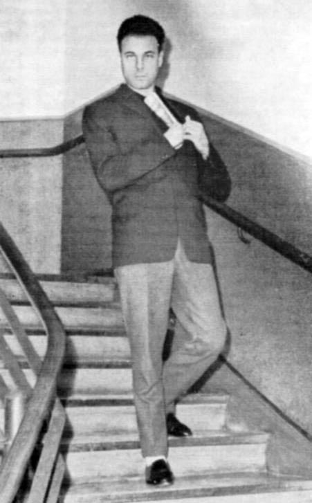 Богдан Сташинський під час слідчого експерименту з відтворення обставини вбивства Лева Ребета (у згорнутій газеті — прихована таємна зброя). З архіву Мюнхенської кримінальної поліції, вересень 1962 року