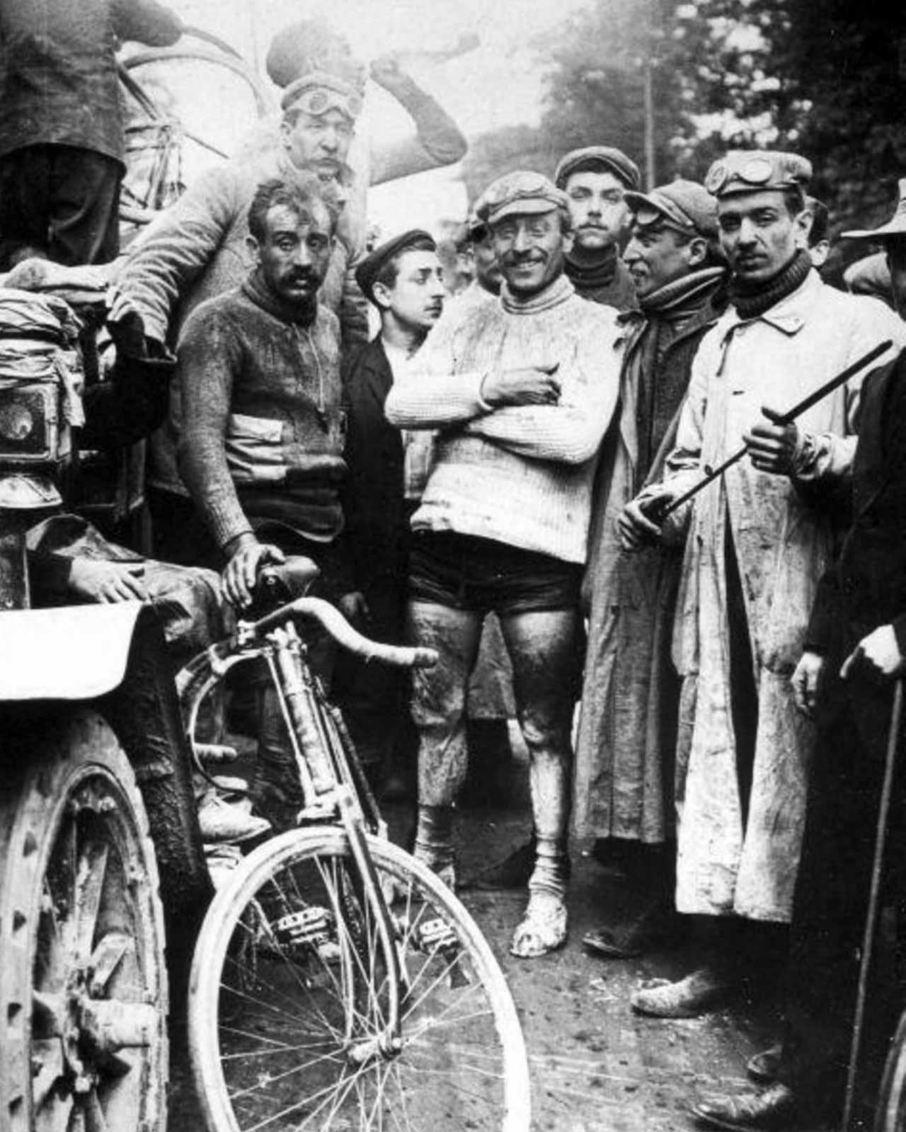 Моріс Гарен (у центрі в білому светрі) після перемоги на шостому етапі «Тур де Франс», Париж, 19 липня 1903 року © Nationaal Archief of the Netherlands