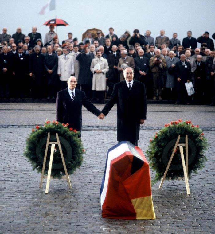 Президент Франції Франсуа Міттеран (зліва) і канцлер Німеччини Гельмут Коль під час урочистей з нагоди роковин Верденської битви на меморіалі в Дуомоні, 22 вересня 1984 рокув © (BPA