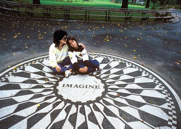 Йоко Оно і син Леннона від першого шлюбу Шон на Суничній галявині в Центральному парку. Нью-Йорк, жовтень 1985 року © Harry Benson