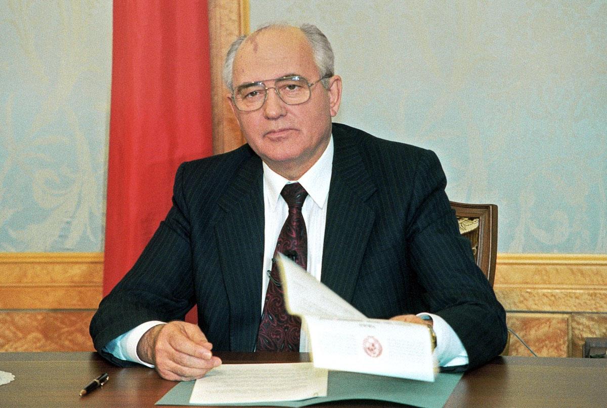 Михайло Горбачов підписав заяву про свою відставку за декілька хвилин до виступу по телебаченню, Москва, 25 грудня 1991 року